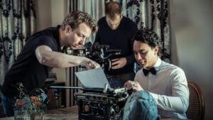 Peter instrueert de acteur over hoe hij in de volgende opname de typmachine moet bedienen