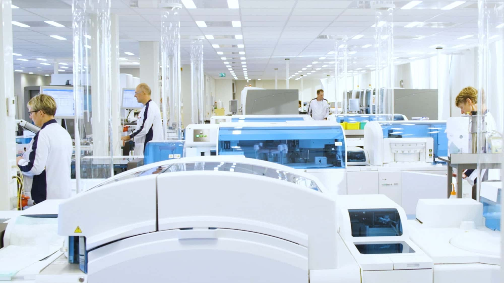 Laboranten doen onderzoek in het labor van Certe
