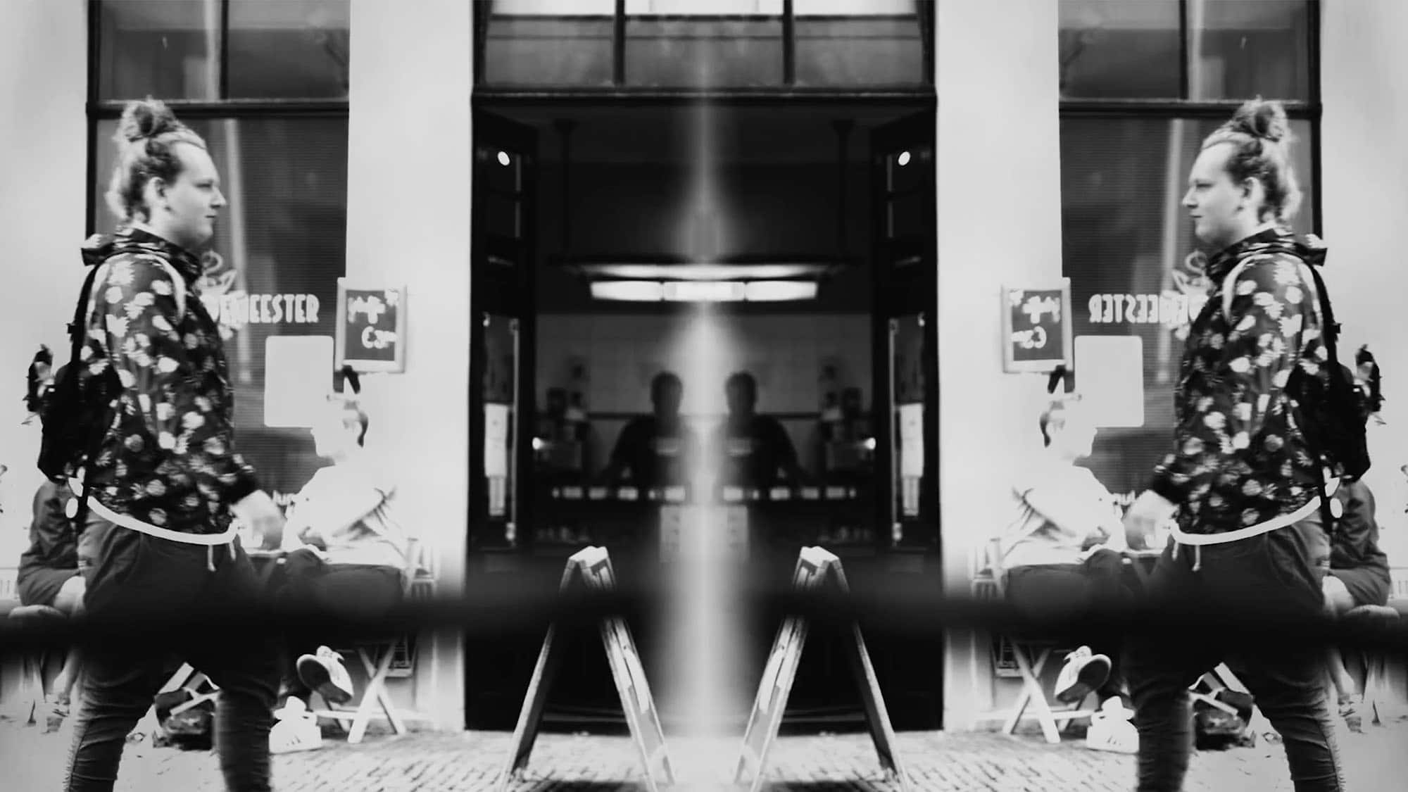 Artistieke, in het midden gespiegelde foto van een jongen die door de stad loopt