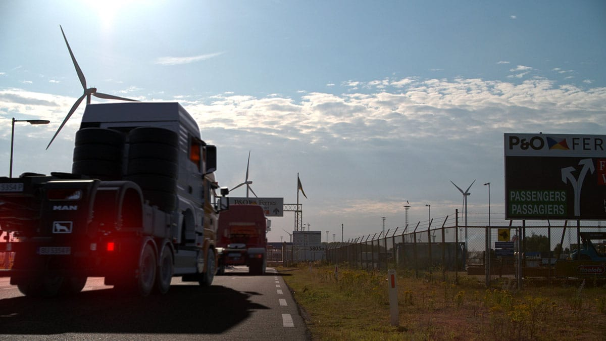 Vrachtwagen die richting dock rijdt