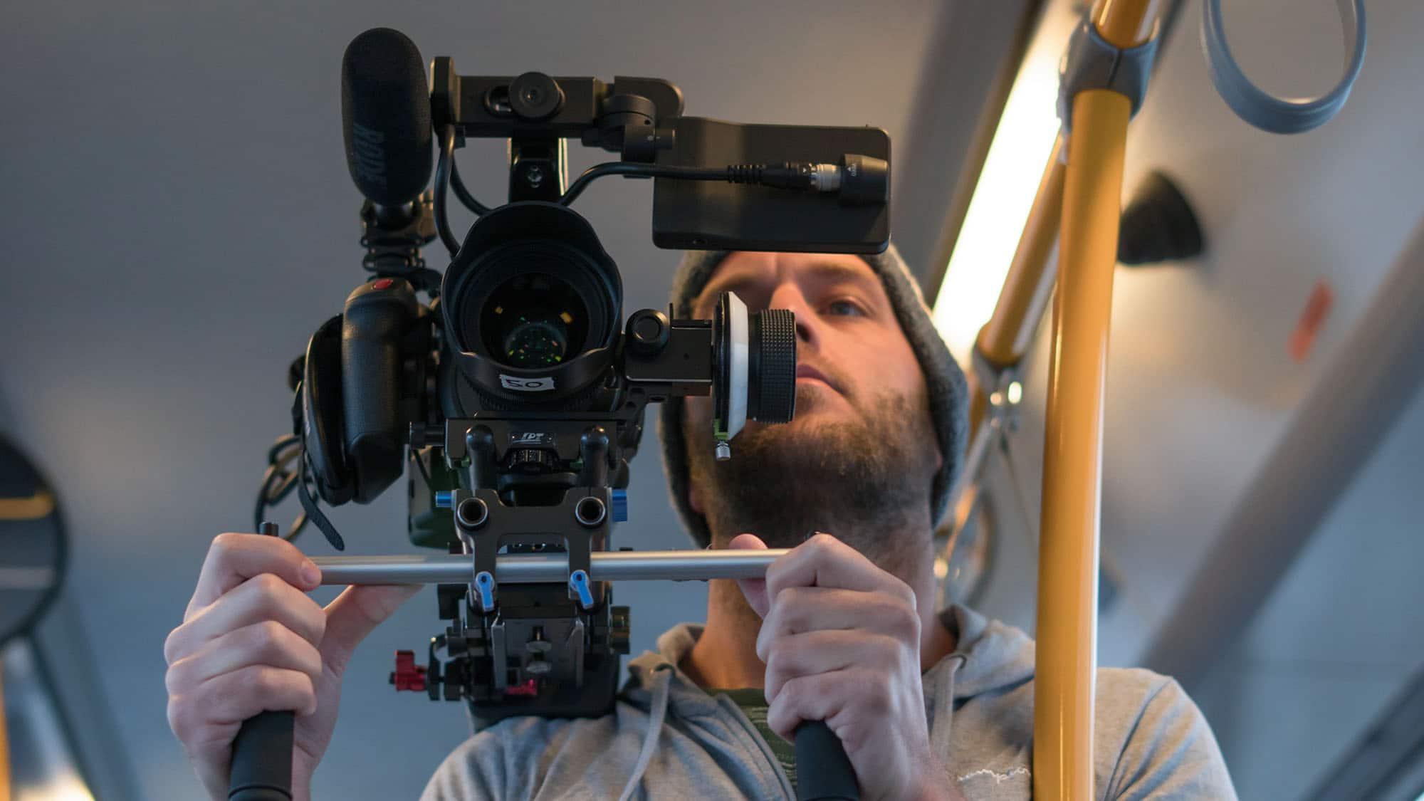 Kevin filmt met Canon C200 in de bus