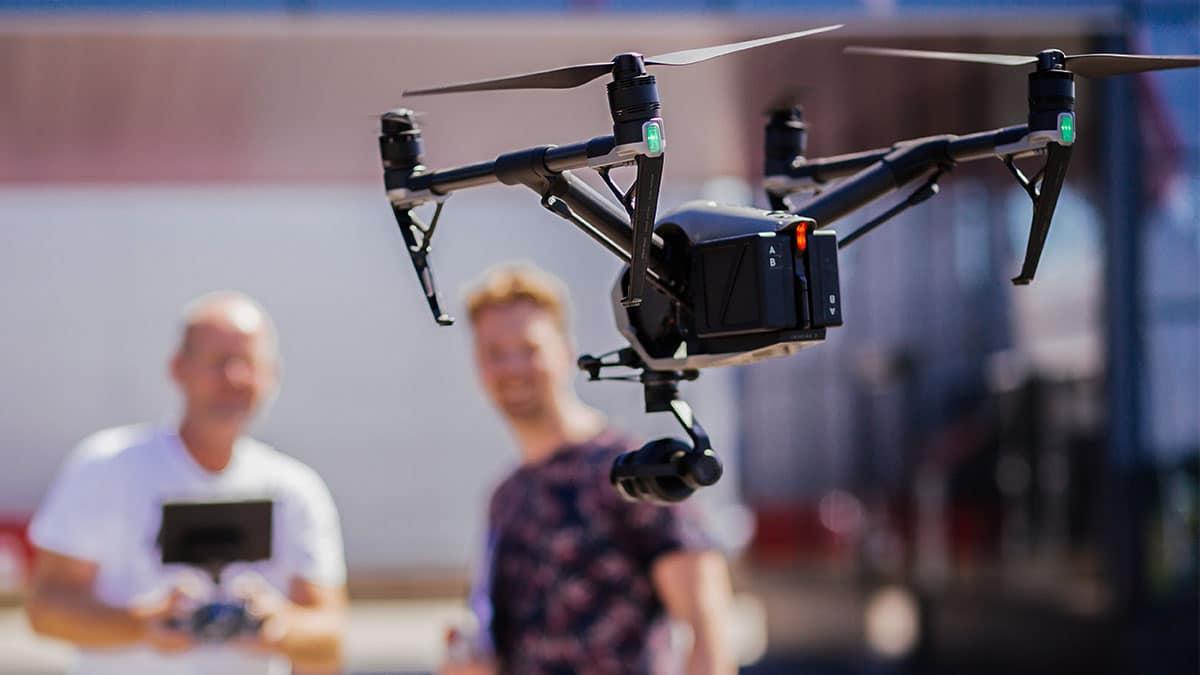 Een drone die net de lucht in stijgt