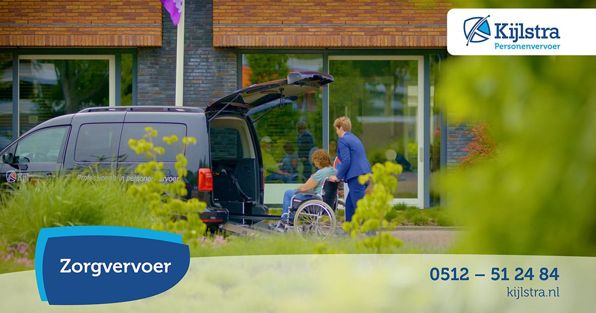 Een vrouw in de rolstoel wordt met de auto van Kijlstra getransporteerd