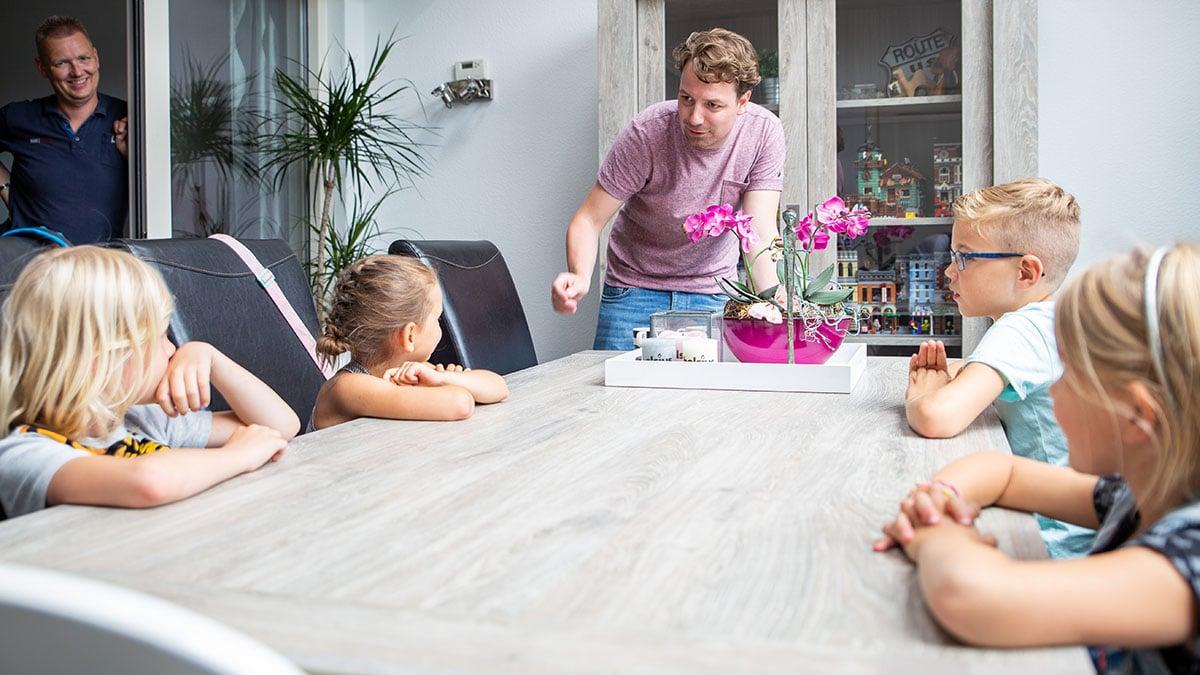 Peter legt aan de kinderen uit hoe de volgende scene in elkaar zit