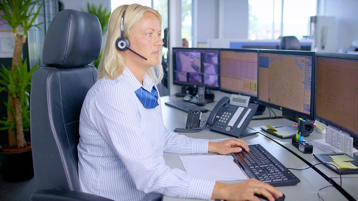 Een vrouw met headset zit in de centrale